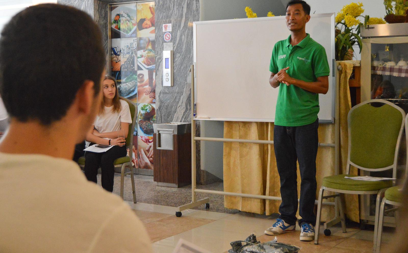 Projects Abroad vrijwilligers krijgen een inductie over de lokale cultuur en taal na hun aankomst in Cambodja.